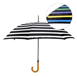 Parapluie à rayures qui devient multicouleur