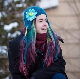 Tuque turquoise avec fleur bleu pale