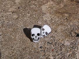 Boucle d'oreille tête de mort