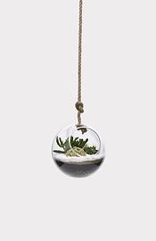 Sphère suspendue en verre