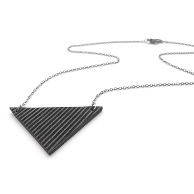 Collier court triangle noir sur noir