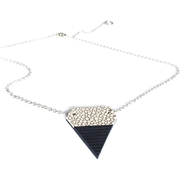 Collier court triangle beige et noir