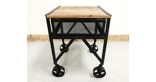 table d 39 appoint industrielle sur roue de chariot avec plateau en bois de manguier. Black Bedroom Furniture Sets. Home Design Ideas